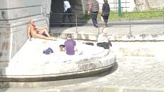 banyak turis dan warga lokal yang berjemur di tepian sungai seine