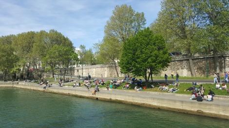 Tepian sungai Seine dan air yang jernih