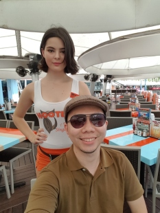 beautiful waitress at hooters clarke quay