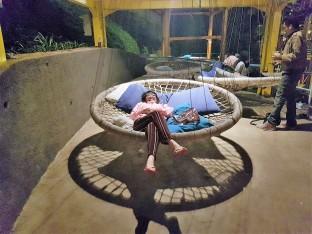 kursi melayang alias trampolin