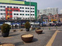 Suasana di luar stasiun seoul