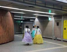 gadis hanbok di stasiun anguk