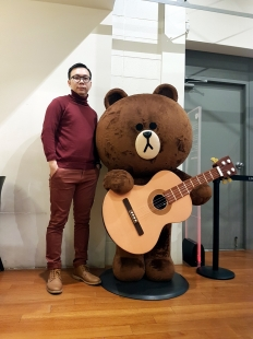 Brown play guitar at LINE Friends Store & Cafe