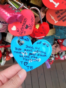 gembok cinta dari Indonesia di Namsan Seoul Tower