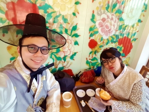 ngopi dan makan cake di gyeongbokgung