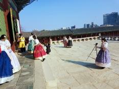 Keramaian berfoto di Gyeongbokgung Palace