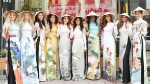 Ao Dai, disadur dari https://www.incredibleasiajourneys.com/travel-blog/vietnamese-traditional-dresses-costumes.html